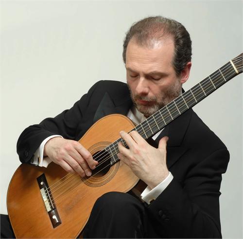 Il chitarrista con uno strumento da Torres tra le mani.